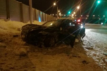 В Уфе водитель за рулем Mercedes-Benz врезался в бетонное ограждение