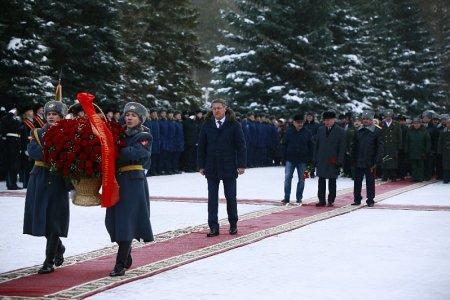 Радий Хабиров возложил цветы к Вечному огню в уфимском парке Победы