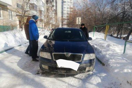 В Уфе снежные глыбы упали на мужчину и автомобиль