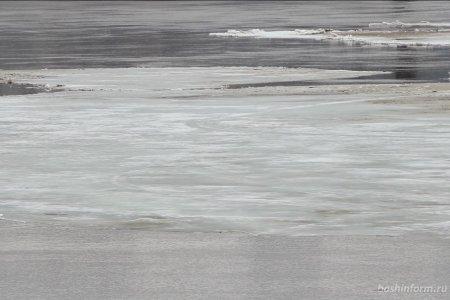 В Уфе очевидец и спасатели помогли замерзающей на льду женщине