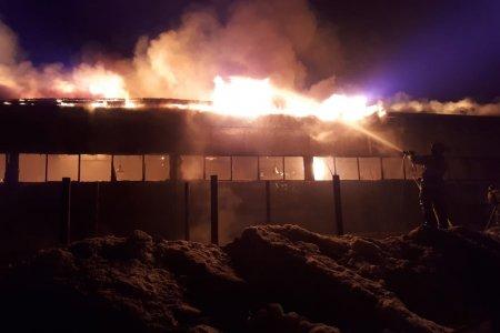 В Уфе 40 огнеборцев тушили крупный пожар на складе картонных изделий