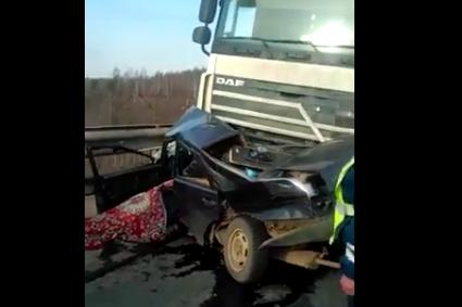 Под Уфой автомобиль «ВАЗ-2199» смяло при столкновении с фурой, есть погибший
