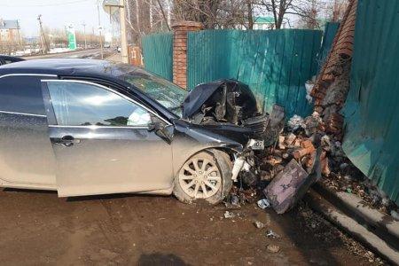 В Башкортостане водитель за рулем «Тойоты Камри» врезался в кирпичный столб забора
