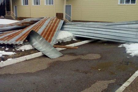 Шквалистый ветер в Уфе: на иномарку упало дерево, с пристроя школы сорвало листы железа