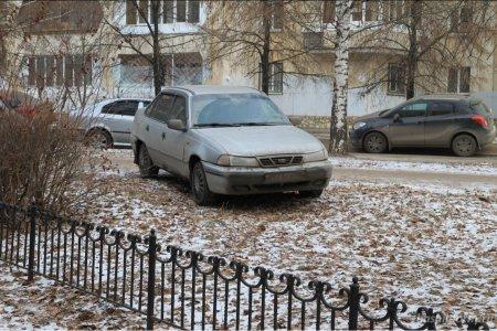 В Башкортостане ввели штрафы за парковку на газонах и детских площадках