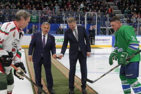 Радий Хабиров и Рустам Минниханов произвели символическое вбрасывание на матче ветеранов