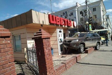 В Уфе водитель кроссовера сбил на тротуаре девушку и столкнулся с цветочным киоском - ВИДЕО