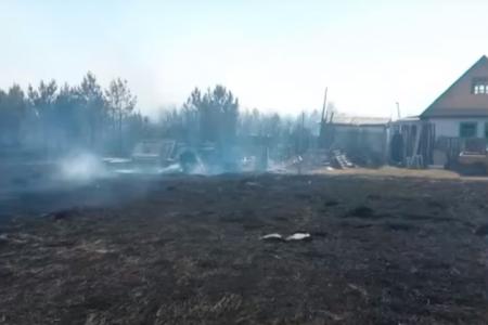 В Башкортостане огонь с травы перекинулся на три садовых дома и две надворные постройки