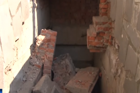 В уфимском детсаду под мужчиной и его двухлетней дочерью обрушилась лестница