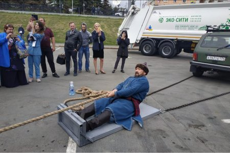 В Уфе силач Эльбрус Нигматуллин сдвинул с места 16-тонный мусоровоз