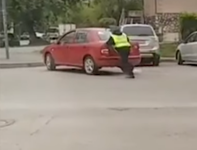 В Уфе сотрудник ГИБДД помог девушке на заглохнувшей машине