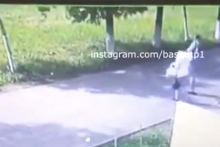 Сорвал цепочку с шеи и убежал: в Уфе сняли на видео уличное ограбление