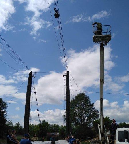 В Башкортостане спасатели сняли висящего на тросах мужчину