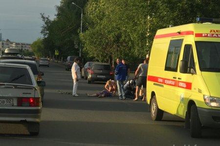В Уфе водитель скутера врезался в машину, есть пострадавшие
