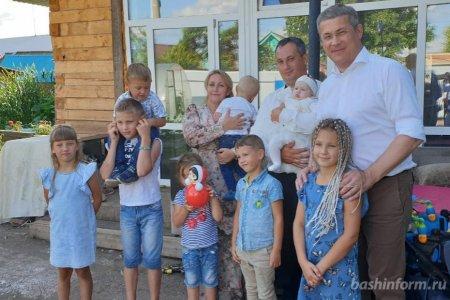 Радий Хабиров в многодетной семье Шабалиных: Я приехал пообщаться с друзьями