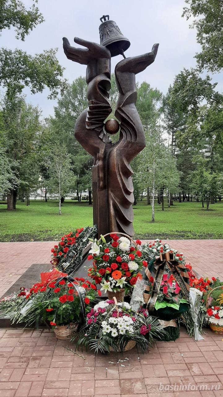 В Уфе, в сквере 50-летия Победы установили памятник ликвидаторам Чернобыльской катастрофы