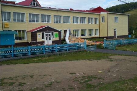 В Башкортостане сильный ветер повредил крышу сельского спортзала
