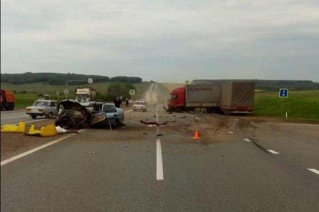 В Стерлитамакском районе Башкортостана столкнулись грузовик и легковой автомобиль