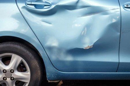 Жительница Уфы разбила машину соседки чайником