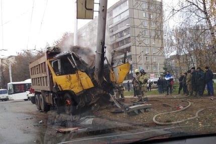 В Уфе КамАЗ снес электроопору и загорелся
