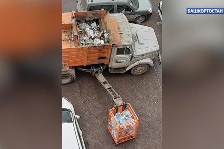 «И всё в одну кучу!»: уфимцы возмутились тем, что коммунальщики собирают разделенный мусор в общий бак