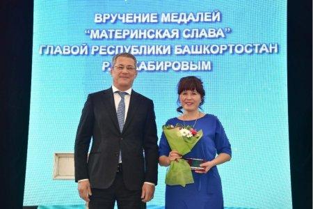 Радий Хабиров вручил многодетным женщинам медали «Материнская слава»