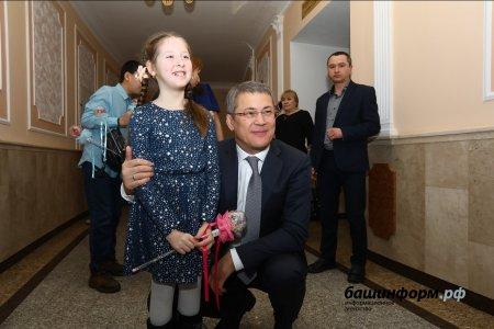Радий Хабиров посетил благотворительную Аксаковскую елку