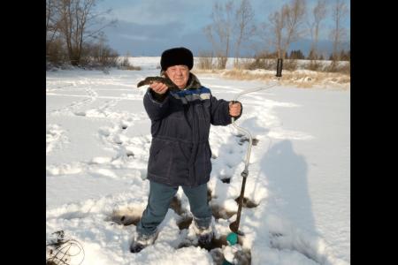 В Аургазинском районе Башкортостана пробурили 180 лунок в реке, чтобы предотвратить гибель рыбы