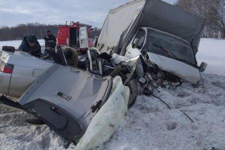 В Башкортостане при встречном ДТП грузовика и ВАЗа погиб житель Челябинской области