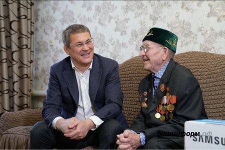 Радий Хабиров подарил 93-летнему ветерану телевизор, чтобы он смотрел башкирский хоккей