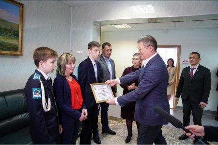 Глава Башкортостана вручил семье погорельцев в селе Ермолаево сертификат на 700 000 рублей