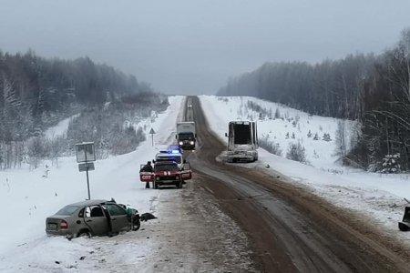 В Башкортостане при столкновении с грузовиком погибли водитель «Лады Калины» и девочка