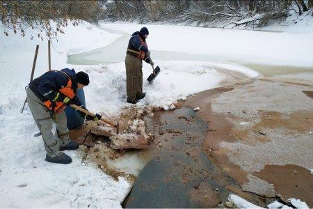 Специалисты устанавливают источник, загрязнивший реку Уфу