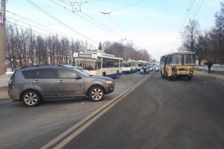 В Уфе столкнулись Mitsubishi Outlander и пассажирский «ПАЗ»: пострадали четыре человека