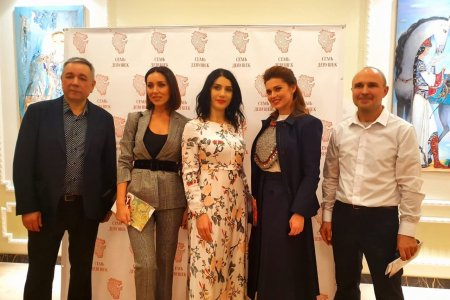 В Москве Каринэ Хабирова и Алсу открыли выставку картин «Семь девушек»