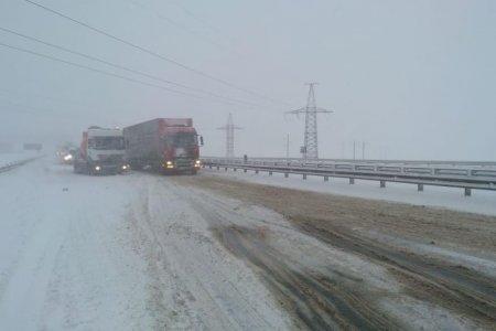 В Башкортостане трассу Р-240 в районе села Толбазы занесло снегом, работает техника