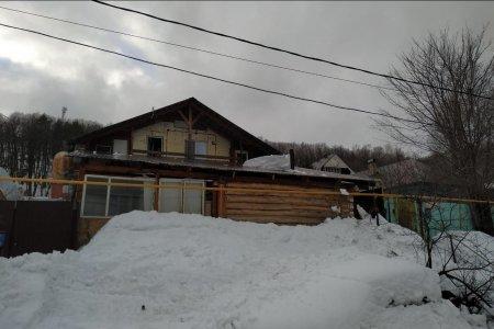 В Уфе мужчина рухнул с крыши вместе со снегом и погиб
