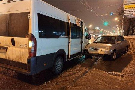 В Уфе в ДТП с маршруткой пострадали шесть человек, в том числе 7-летняя девочка
