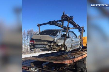 При лобовом столкновении на трассе в Башкортостане у одного из автомобилей вырвало задний мост