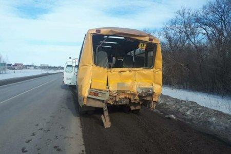 В Башкортостане в школьный автобус врезался грузовик; пострадал педагог