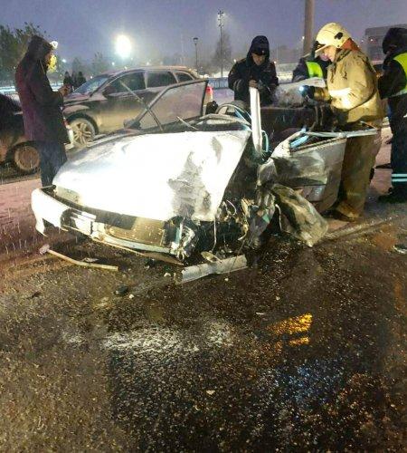 В Уфе после ДТП с грузовиком водителя ВАЗ-2113 зажало в салоне
