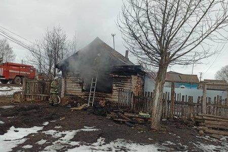 В Башкортостане случайный прохожий спас ребенка из пожара, второго - не успел