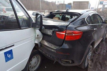 В Уфе «Газель» наехала на припаркованный BMW-X6