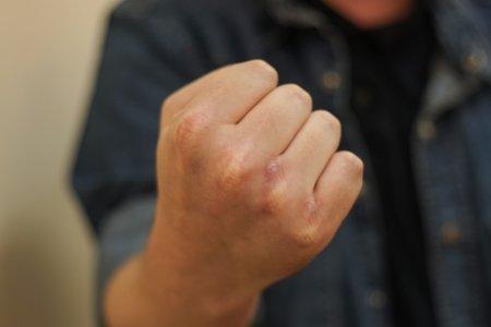 В Башкортостане пьяный глава семейства набросился с кулаками на жену при ребенке